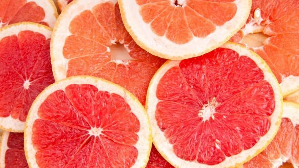 Give Your Skin a Drink of Water with these Skin Hydrating Foods || SkinOwl.com | grapefruit